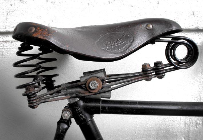 Oude leren fietszadel.