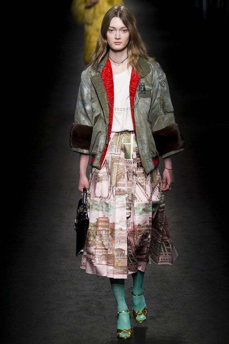 Бомбер серо-зеленого цвета с отделкой мехом норки из коллекции бренда Gucci. Рукав укороченный, крой – свободный. Главной особенностью модели служит то, что эффект «состаренности» ей придают итальянские мастера вручную. Носим с платьями, юбками или джинсами.