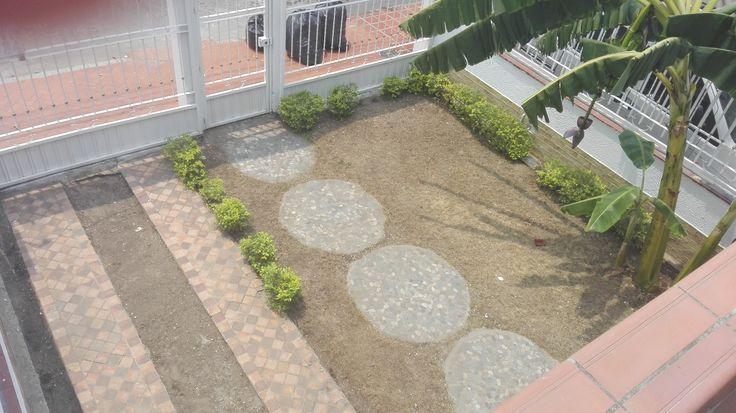 #Garaje y #jardín ( convertible en segundo garaje) visto desde #balcón.  Puertas de garaje correderas y puerta central de la reja abatible hacia adentro.  Hay #buzón.