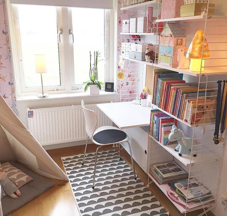 Scandinavian kids room, string shelf system and desk area. Pip wallpaper. #barnrum #livetmedfembarn