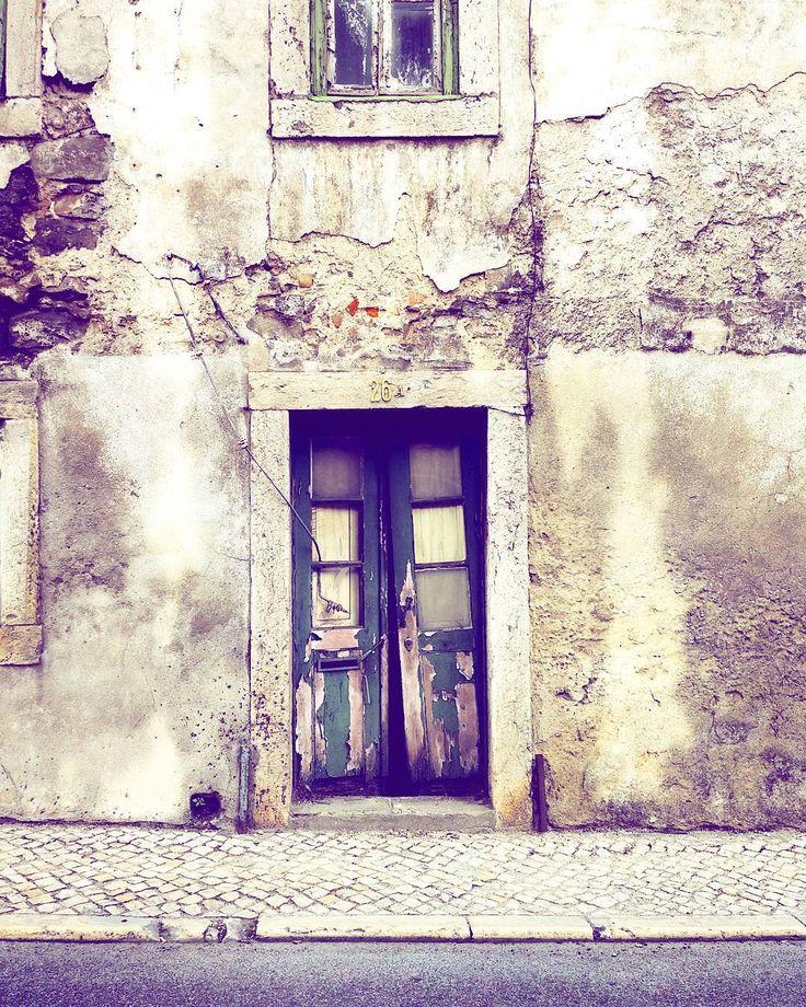 Sinal vermelho 🚦  #manhasperfeitasblog   #emtrânsito #semáforovermelho #red #ruinas #degradação #casasvelhas #oldhouses #fallingdown #p3top #istonãoébonito #igersportugal #fotosinsta #mygram #clicks #cliques #casas #ruins