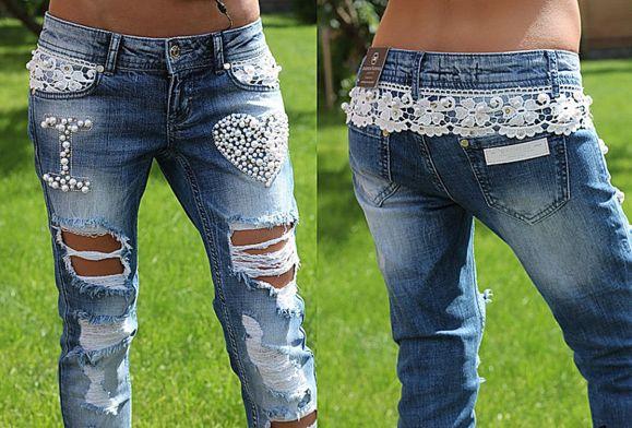 Гламурный декор джинсов можно организовать, комбинируя разные техники и элементы декора: бисер, жемчужные бусинки, кружево и дырки. Обратите внимание, как чудно кружево сзади опоясывает брюки, а спереди – прячется в карманы.