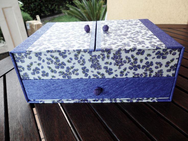 Joyero de dos pisos con cajón y divisiones