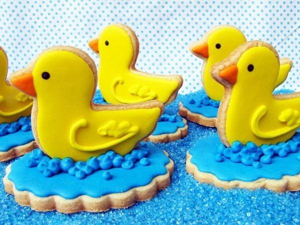 Deliciosamente lindos os biscoitos da confeiteira paulistana Giuliana Falzoni Azambuja, da Petit Four. Ela faz docinhos sob encomenda, pra serem presentes temáticos ou lembrancinhas de batizados, casamentos, festas infantis, etc. Apesar das bolachinhas amanteigadas serem sua especialidade, ela também faz cupcakes e pães de mel. Esses biscoitos já estiveram 3 vezes nos meus Desejos! rs A receita dos biscoitos é simples, com manteiga, açúcar e farinha. A graça está nas...