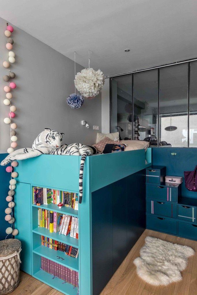 Chambre d'enfant avec un lit sur mesure et une jolie verrière, dans cette maison à l'esprit loft atelier.  Conception agence d'architecture d'intérieur Murs & Merveilles I www.mursetmerveilles.fr