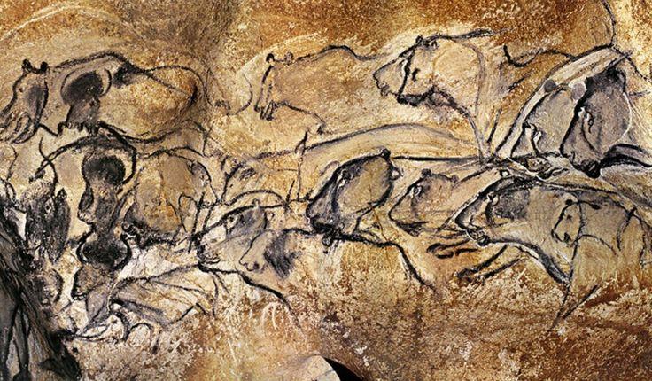 Grotta di Chauvet   34.000 anni fa, Paleolitico superiore   Autore anonimo  Francia   Pittura murale, fuliggine e gesso   Il soggetto, o meglio i soggetti, di questa grotta sono i felini, rappresentati in mandria; da evidenziare il fatto che le figure venivano perpetuamente rifatte dall'autore, in modo che i colori restassero vivi, per questa ragione si possono notare le sovrapposizioni di cavalli e felini.