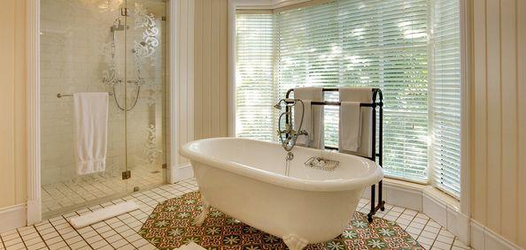 Junior Suite badeværelse med fritstående badekar