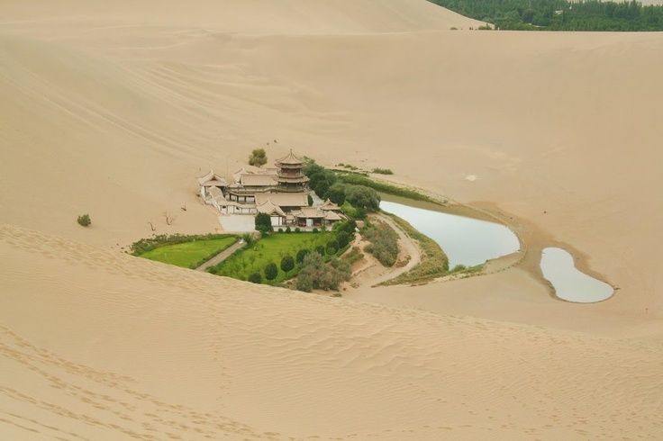 El lago de la Medialuna, un oasis  en el desierto de Gobi, entre China y Mongolia; situado a 6 km. de la ciudad de Dunhuang. en la provincia de Gansu, China