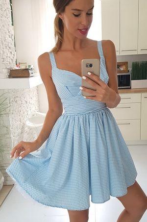Dievčenské krátke šaty s áčkovou sukňou, bez zapínania. Vhodné na každodenné nosenie či na spoločenskú udalosť