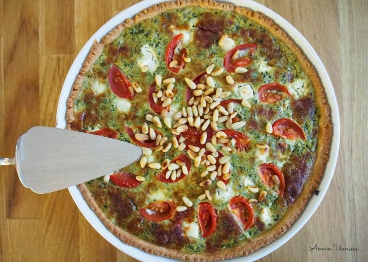 Feta-pinaattipiirakka pinjansiemenillä ja aurinkokuivatulla tomaatilla