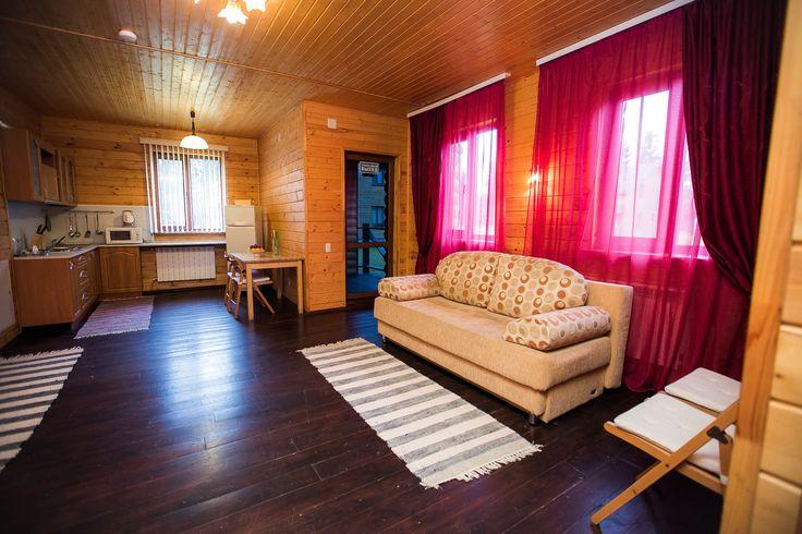 """Коттедж """"Лесной"""" Уютный 2-х этажный деревянный дом с отдельным входом (160 кв. м.): гостиная с камином, кухней, оснащенной всей необходимой кухонной техникой для комфортного проживания. Две спальни, туалетная комната и ванная комната с душевой кабиной. Место для парковки а/м и мангальная площадка. К Вашим удобствам: Бесплатный WiFi Телевизор Гостиный yголок Электрический чайник Камин Кухня Душ Туалет Веранда"""