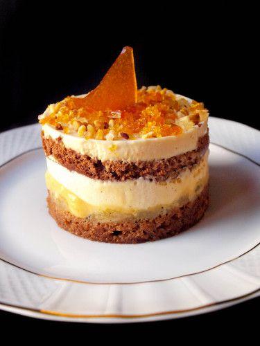Une recette du célèbre pâtissier Christophe Felder. Succulent, délicieux, j'en passe et des meilleurs ! Pour 1 gâteau de 20 personnes Préparation : 2 heures Cuisson : 10 minutes Repos : 3 heures minimum Pour le sirop à la vanille : · 7 cl d'eau · 50g...
