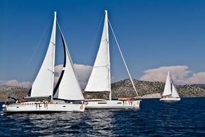 Tre o più barche, sotto la guida di skipper esperti e disponibili, formano una piccola carovana che segue un itinerario prestabilito, ecco le nostre proposte per una vacanza di gruppo all'insegna del divertimento. Scoprite i programmi Mondovela FloatingVillage e Mondovela FUN! dedicati a questa tipologia di vacanza