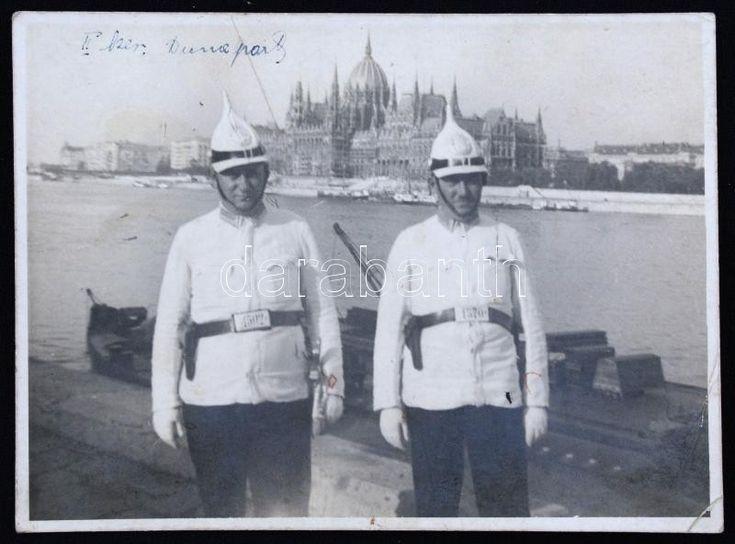 1939 Rendőrök a Duna-parton, háttérben a Parlamenttel, a kép hátoldalán bejegyzéssel, 8x11 cm. | Darabanth Kft.