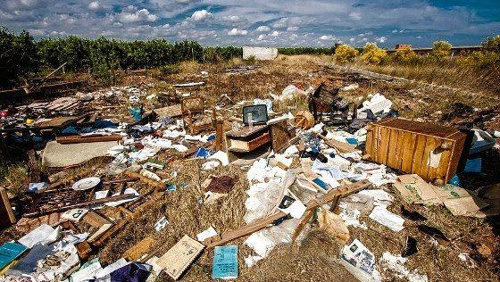 El hombre que salva libros de la basura para los niños   José Alberto Gutiérrez ha reunido más de 20.000 libros.Cientos de niños pobres en Colombia disfrutan de la lectura.Aunque a muchos les parezca un sacrilegio lo cierto es que miles de libros acaban todos los años en la basura sin más futuro que la quema o el reciclaje. Sin embargo hay gente como José Alberto Gutiérrez que no está de acuerdo en que esto suceda. Y él lo sabe bien ya que en su trabajo diario como basurero se hartó de ver…