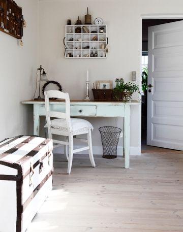 ℬᎧℒℐᎶ ℐ ℱℛᎯᏁЅᏦ ℒᎯᏁᎠЅTℐℒ: I et hjørne er der blevet indrettet et hyggeligt arbejdsmiljø med et gammeldags skrivebord i centrum. Sættekasserne på væggen er en smart måde at opbevare diverse nips på.