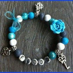 Sieraden, turquoise armband met eigen naam en bedels.