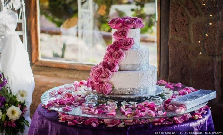 Hermosos pasteles románticos  ¡Mira muchas ideas aquí!  Bodas.com.mx  Valenzuela Photography//  #wedding #bodascommx #bodas #weddingcake #pasteldebodaLuis