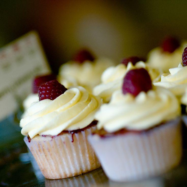 Come Organizzare un Buffet di Dolci. Decorazioni fai da te per un party in casa. Ghirlande, pon-pon e palloncini. Cupcake al cioccolato e frutti di bosco. Porcellane e accessori per la tavola in porcellana. Con le ricette di Toni Brancatisano @letorteditoni  Scoprite di più sul Magazine di Dalani: https://www.dalani.it/magazine/food-travel/australia-cupcakes-tv/