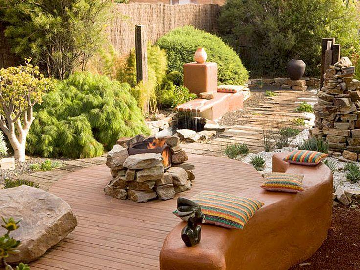 Открытый камин выложенный из камня является центром для общения в этом небольшом Мексиканском патио.