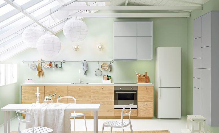 Na 100 % moderní. Kdybychom si odmysleli skleněnou šikminu aocelový krov, ocitli bychom se vklasické moderní kuchyni. Nezáživné kousky právě vtěchto prostorách ožívají azískávají na působivosti. Jasná, čistá bílá tu má zelenou! foto IKEA