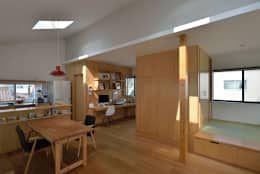 スタディコーナーと小上がり: 株式会社ブレッツァ・アーキテクツが手掛けた書斎&オフィスです。