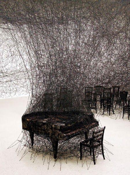 Instalación de Chiharu Shiota