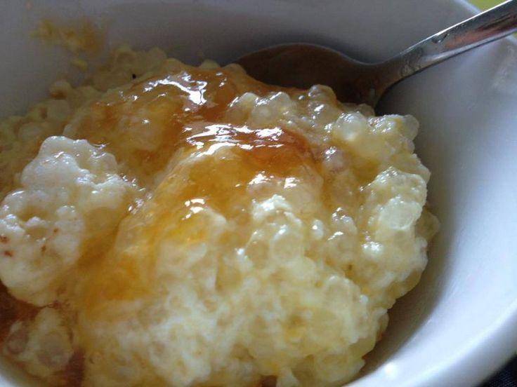 <p>2 kop melk ½ kop sago (hoef nie vooraf te week nie) 3 eetl botter 2 eiers geskei ⅓ kop suiker 2 ml vanielje geursel knypie sout appelkooskonfyt kaneel Giet die melk, sago en botter in bak en 10 minute oop by 100% krag (roer gereeld) en daarna 5 min …</p>