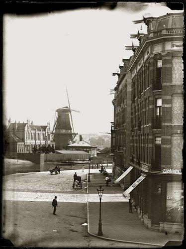 Nassaukade 117-119 · 1890    Nassaukade 117-118-119 enz.(v.r.n.l.).Nr. 117: woonhuis van de weduwe J. van Tetterode en de componist Adriaan vanTetterode. Thans huisnummers: 120-121-123 enz.(v.r.n.l.). Voorgrond: hoek 2e Hugo de Grootstraat. Achtergrond: molen De Victor (afgebroken april 1898), Singelgracht..