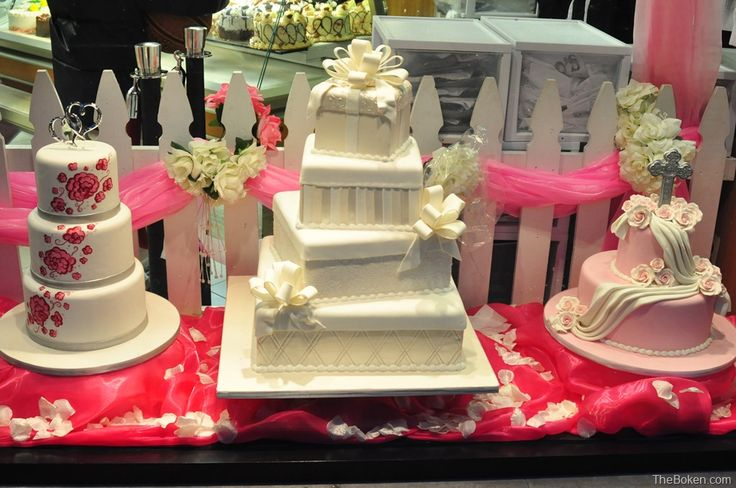 bakery window display ideas | of the day was taken from the storefront window of Carlo's Bakery ...