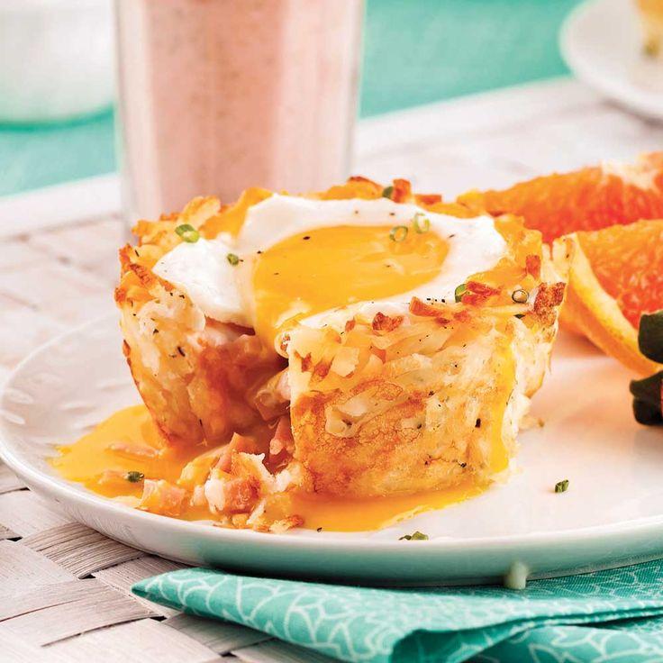 Les mélanges de pommes de terre râpées à rissoler, vous connaissez? Les coupelles forment des nids croustillants qui se marient parfaitement au jambon, au fromage et à l'œuf coulant. Un vrai régal de fin de semaine!