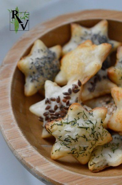 Feuilletés de Noël Salés - All you need is a flaky pastry and seeds / herbs / cheese for sprinkling (sesame, poppy, flax, dill, parmesan etc.) . Cut the dough, place on parchment paper and brush with milk, egg yolk or butter and sprinkle what you want. Bake in a preheated oven at 350° F for about 10 minutes (pastries should be golden) . Serve preferably warm!