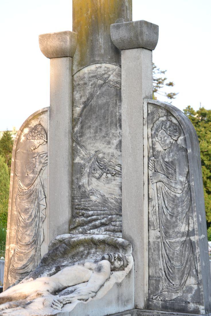 si tratta della tomba del capitano Giuseppe Tenze, uno dei protagonisti del naufragio del Baron Gautsch, avvenuto esattamente cento anni fa.