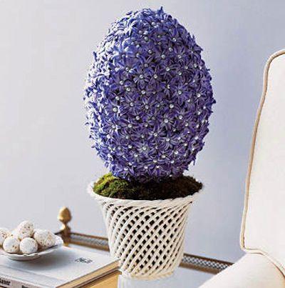 Alessandra, giovane artista, fa composizioni low cost di fiori a forma di uova di Pasqua