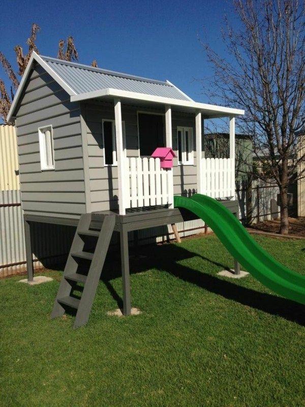 les enfants jouent maison à construire avec un toboggan dans votre propre jardin