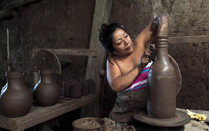 Ημέρα της Γυναίκας - Γυναίκες από όλο τον κόσμο - Νικαράγουα. Τεχνίτης φτιάχνει ένα βάζο από πηλό στο σπίτι της στην πόλη Σαν Χουάν ντε Οριέντε, στη Νικαράγουα.