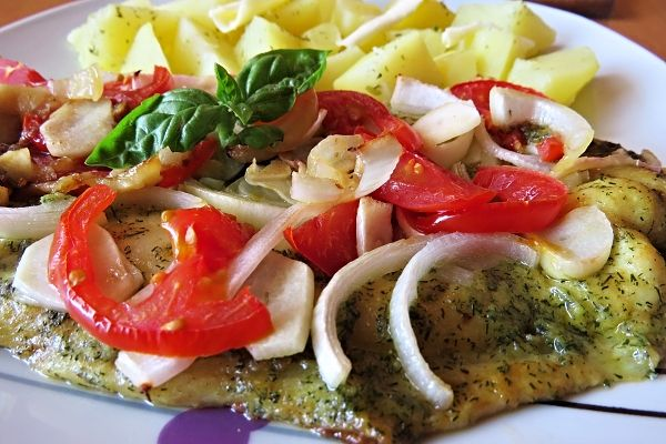 Pangasius na cibuli a rajčatech