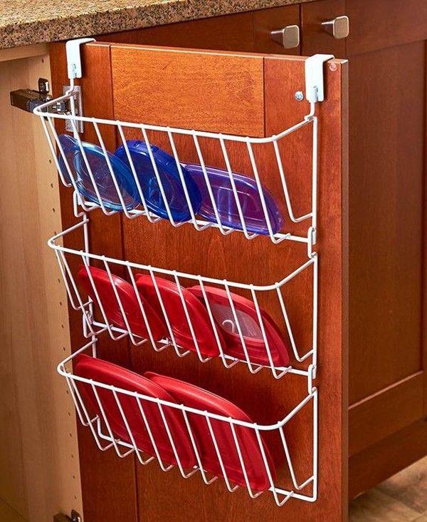 Que tal instalar um suporte na porta do armário para guardá-las. Assim, seus recipientes estarão sempre organizados e, com um pouco de sorte, com todas as tampas.