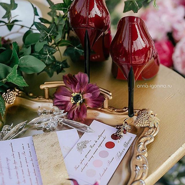#Repost @igonina_anna (@get_repost) ・・・ Свадебные детали. Утро невесты Евгении. Очень сочный цвет марсала, и очень мудрое решение разместить рекомендуемую палитру свадебных оттенков одежды в пригласительных для гостей. #концепция #декор и #флористика : @decor.vesna ; #утроневесты#morningbride#wedding #wedding73 #weddingplanner #свадьбавульяновске #свадьба73 #свадьбаульяновск #weddingrussia #невестаульяновск #декорульяновск #свадебнаяцеремония #weddingdecor #weddingideas #рестораныульянов...