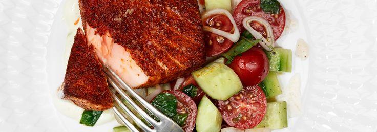 Hemkop.se | Tandoorikryddad lax med gurka, tomat och mynta samt youghurtsås - Recept