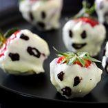 Jordbærspøgelser - Opskrifter  http://www.dansukker.dk/dk/opskrifter/jordbaerspoegelser.aspx #jordbær #spøgelser #chokolade #uhyggeligt #halloween #opskrift #dansukker
