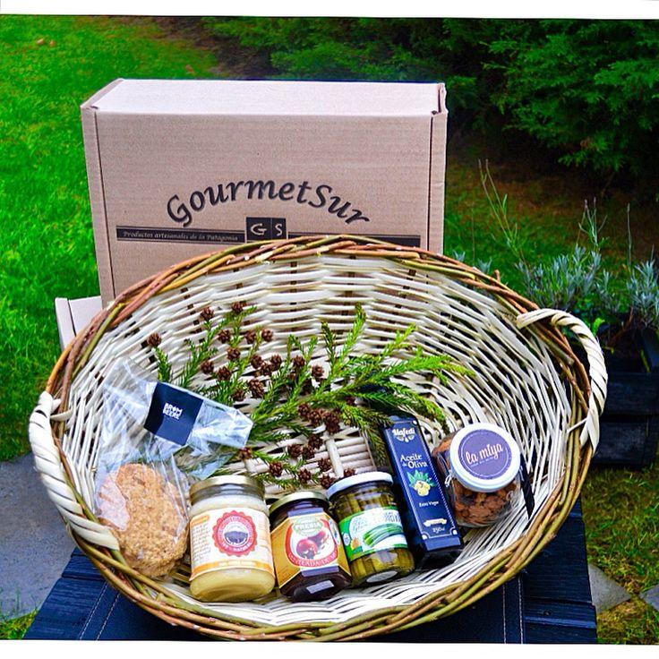 """Te presentamos nuestra caja """"Rica, sana y gourmet"""" para quienes quieren añadir sabor y sumar salud a sus preparaciones. Como todas nuestras cajas Gourmet Sur todos los productos son del sur de Chile y calidad premium. Nos encuentras en: www.gsgourmetsur.com De lo más rico, lo mejor¡"""