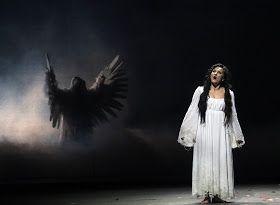 Dorota Wojcik jako Halka na scenie Teatru Wielkiego w Łodzi