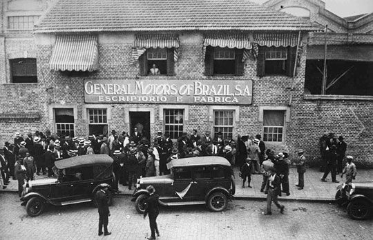General Motors Linha de montagem da fábrica da GM em São Caetano do Sul (1938) Fundada em 12 de Agosto de 1930 com uma fabrica de Caminhões e, durante a II Guerra Mundial, ajudou na produção de veículos e materiais bélicos