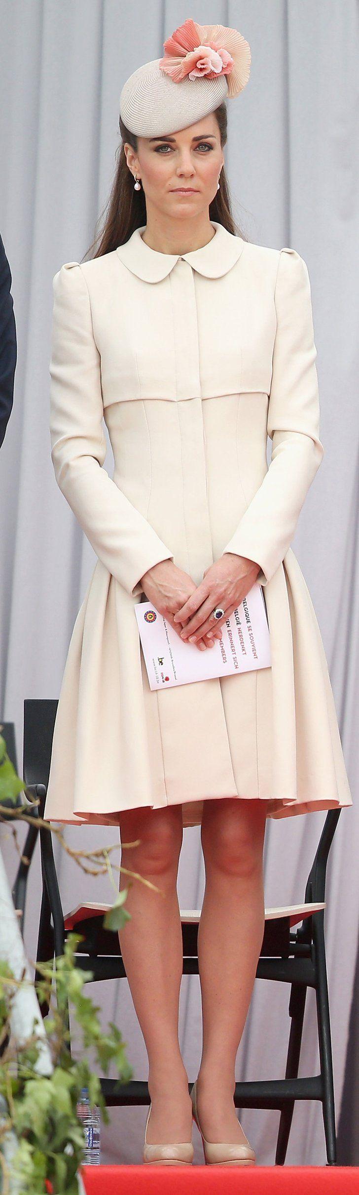Pin for Later: Kate Middleton hat sich in diesem Jahr selbst übertroffen Sie kombinierte ein weiteres Mantelkleid von Alexander McQueen mit einem femininen Hut.