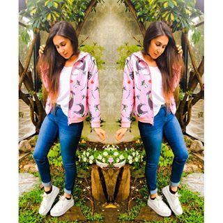 Que diaa ☔️ ya volvieron a entrar en stock las camperas de #FashionDiariesByHermana ✨ Campera @hermanaoficial Remera @riearribaok Jeans @hm Zapatillas @karahshoes #fashion #look #style #ootd #sunday