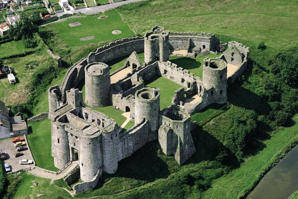 Kidwelly Castle     In 1403 the castle was unsuccessfully besieged by forces of Owain Glyndŵr, with assistance from soldiers from France and Brittany who captured Kidwelly town.  The castle was relieved by a Norman army after just three weeks.  The gatehouse was extensively damaged and it was rebuilt on the instructions of King Henry V.16
