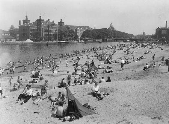 1947. City beach at the Prins Hendrikkade in Amsterdam. #amsterdam #1947 #PrinsHendrikkade