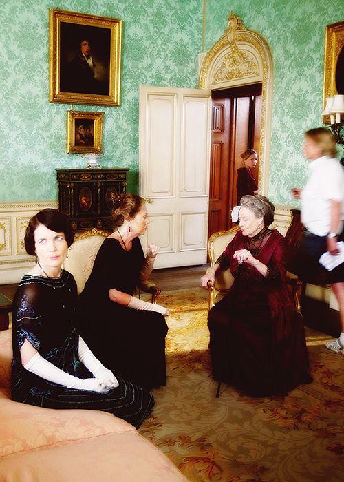 Элизабет МакГоверн, Пенелопа Уилтон, и Мэгги Смит - за кулисами на Даунтон аббатстве.