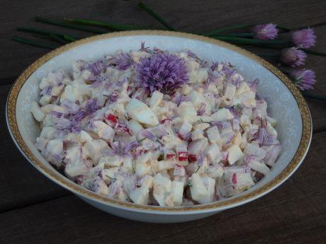 Wiosenna sałatka jajeczna z chrupiącą rzodkiewką i kwiatami szczypiorku. Spróbuj!